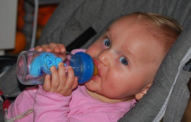 baby-vaikas-geria-buteliukas