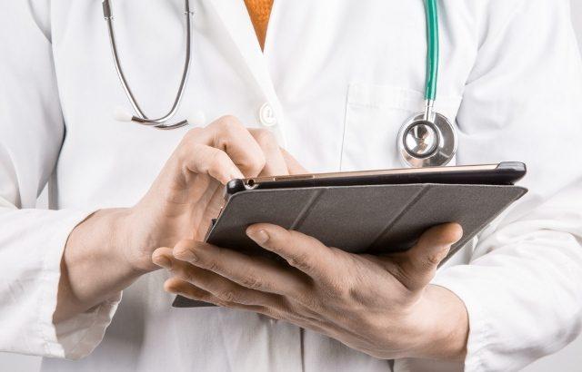 doctor-with-tablet-gydytojas-su-plansetiniu-kompiuteriu